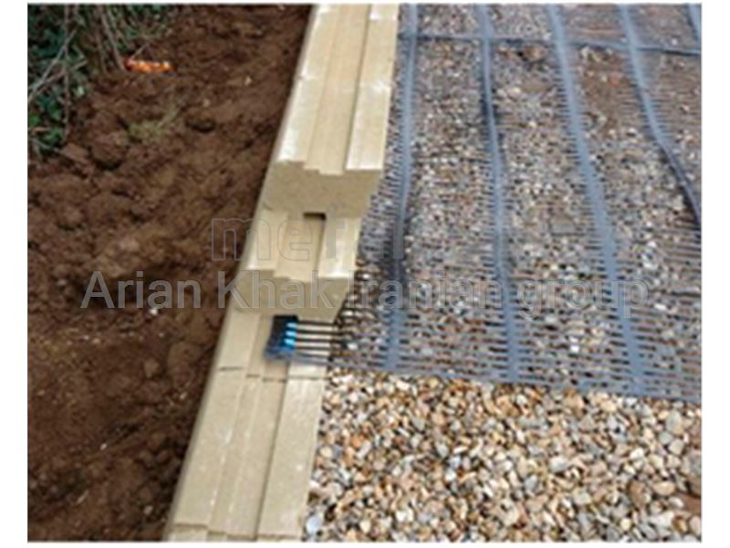 Constructing reinforced retaining wall