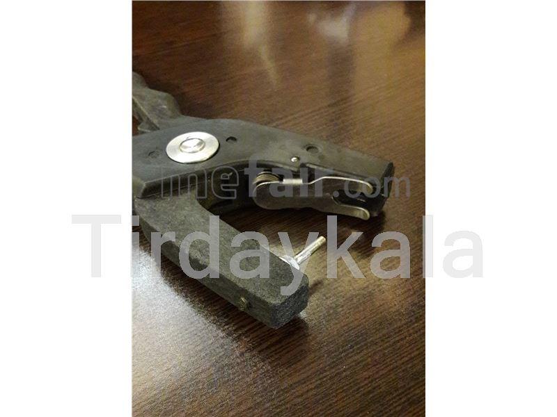 Ear tag applicator for Metal tip stud