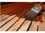 اجرای روغن مخصوص چوب ترمو، بر روی قسمت های چوبی نمای ساختمان
