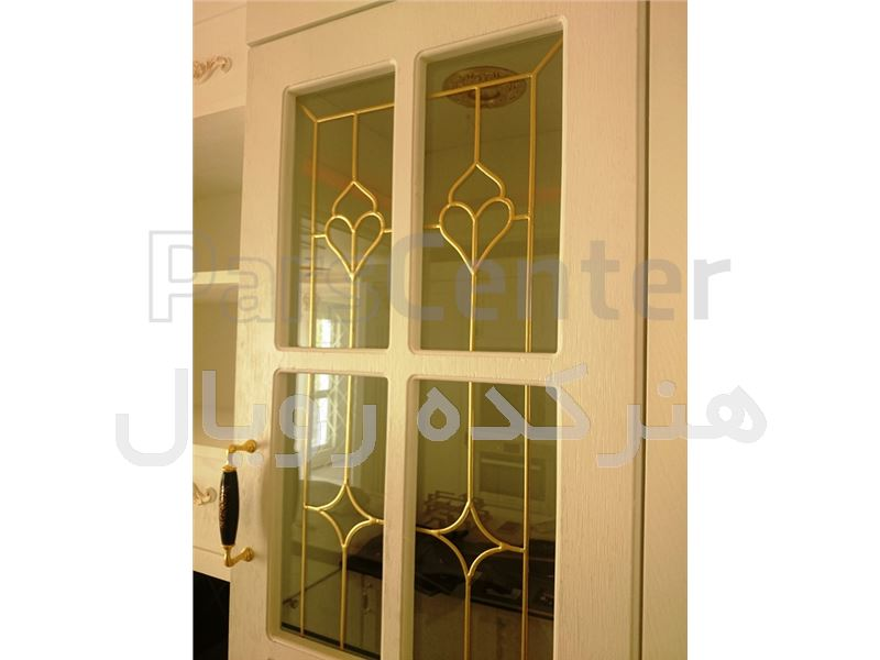 شیشه تزیینی و دکوراتیو فلز کوب طلایی آلمانی برای درب کابینت کلاسیک سفید وایت واش در پروژه الهیه ، کوچه مبشر