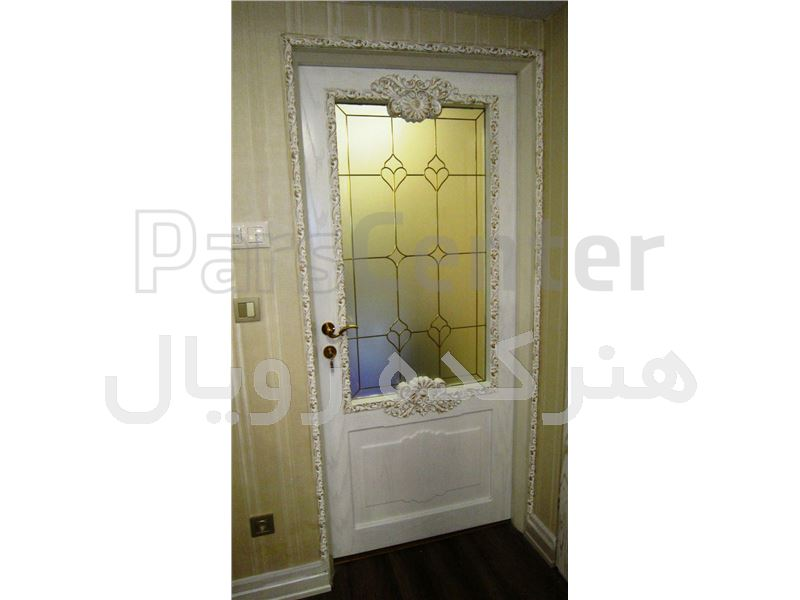شیشه تزیینی و دکوراتیو فلزکوب طلایی آلمانی بر روی شیشه مات برای درب چوبی سفید وایت واش و شیشه خور اتاق خواب در پروژه بلوار شهرزاد ، خیابان یارمحمدی
