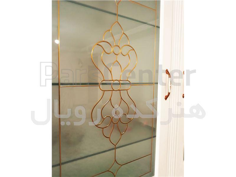شیشه تزیینی و دکوراتیو فلز کوب طلایی آلمانی برای درب کابینت و ویترین کلاسیک ممبران در پروژه ستارخان ، همایونشهر جنوبی