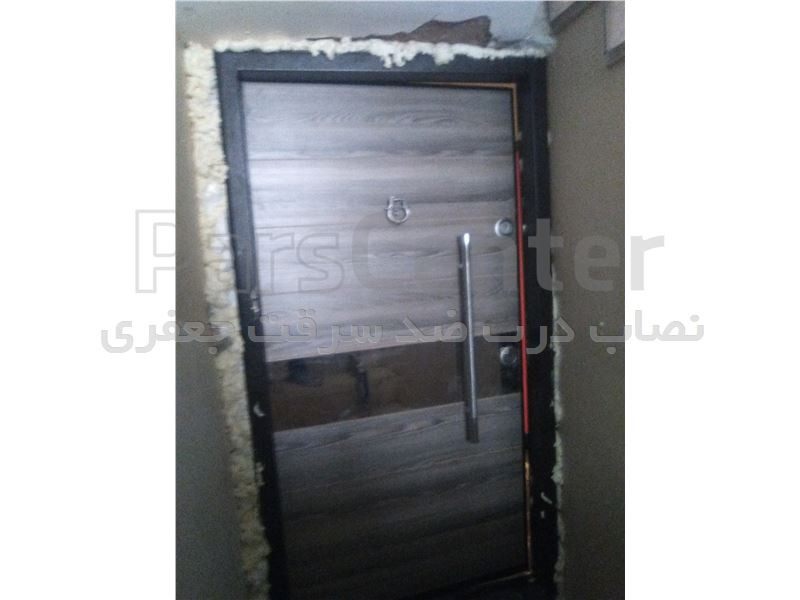 نصب درب ایرانی با اسپری فوم