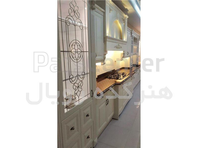 شیشه تزیینی و دکوراتیو فلز کوب طلایی آلمانی برای درب کابینت کلاسیک سفید وایت واش در پروژه شهرستان بیرجند