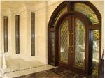 شیشه تزیینی و دکوراتیو تیفانی ( استیند گلس )برای درب چوبی و شیشه خور ورودی لابی و پنجره های باریک نورگیر لابی در پروژه قلهک ، باغ بانک
