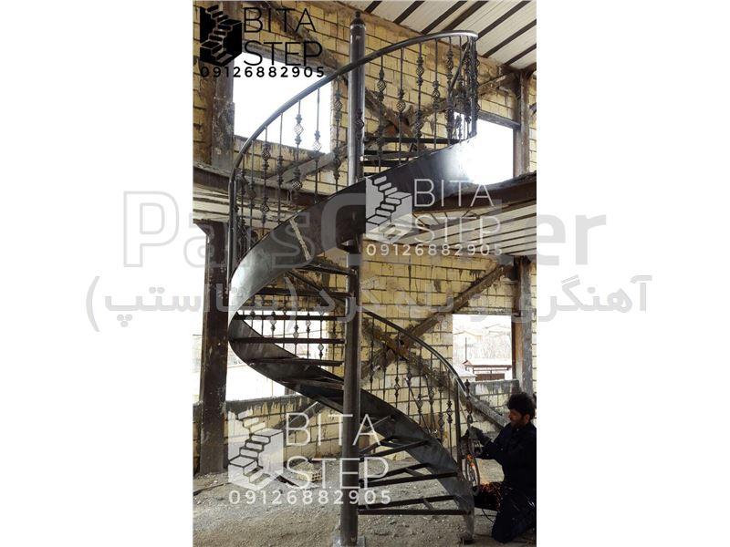 پله گرد اسپیرال با نرده فرفورژه BT 03